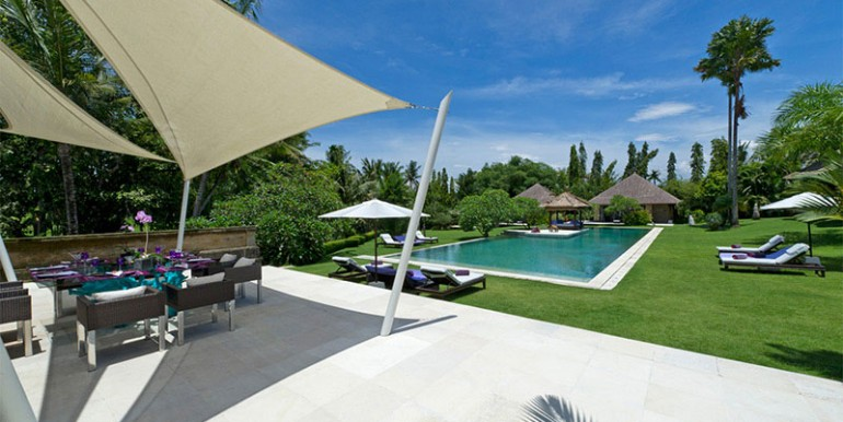 Estate---Alfresco-dining-and-pool-view