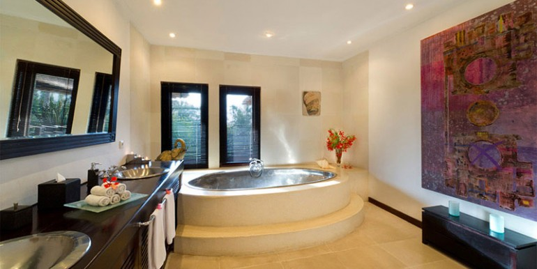 Chalina-Estate---Master-bathroom