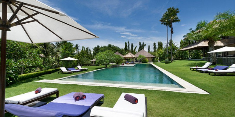 Chalina-Estate---Pool,-garden-and-sun-loungers