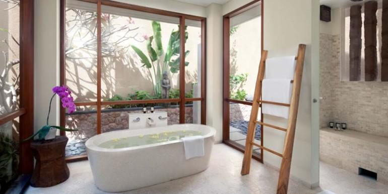 Villa-Satria-Downstairs-master-bathroom