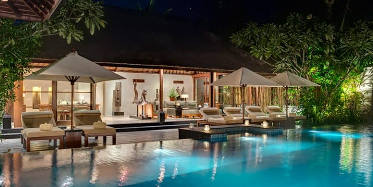 Villa-The-pool-lit-up-at-night