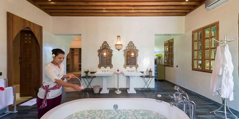 sayang-damour-french-kiss-bathroom