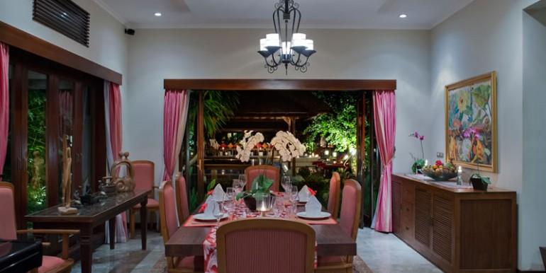 villa-i-dining-room-at-night