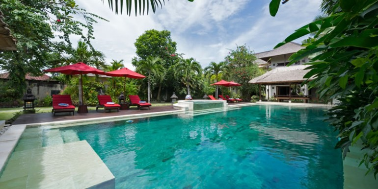 villa-i-view-over-the-pool