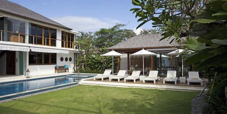villa-lawn-and-pool